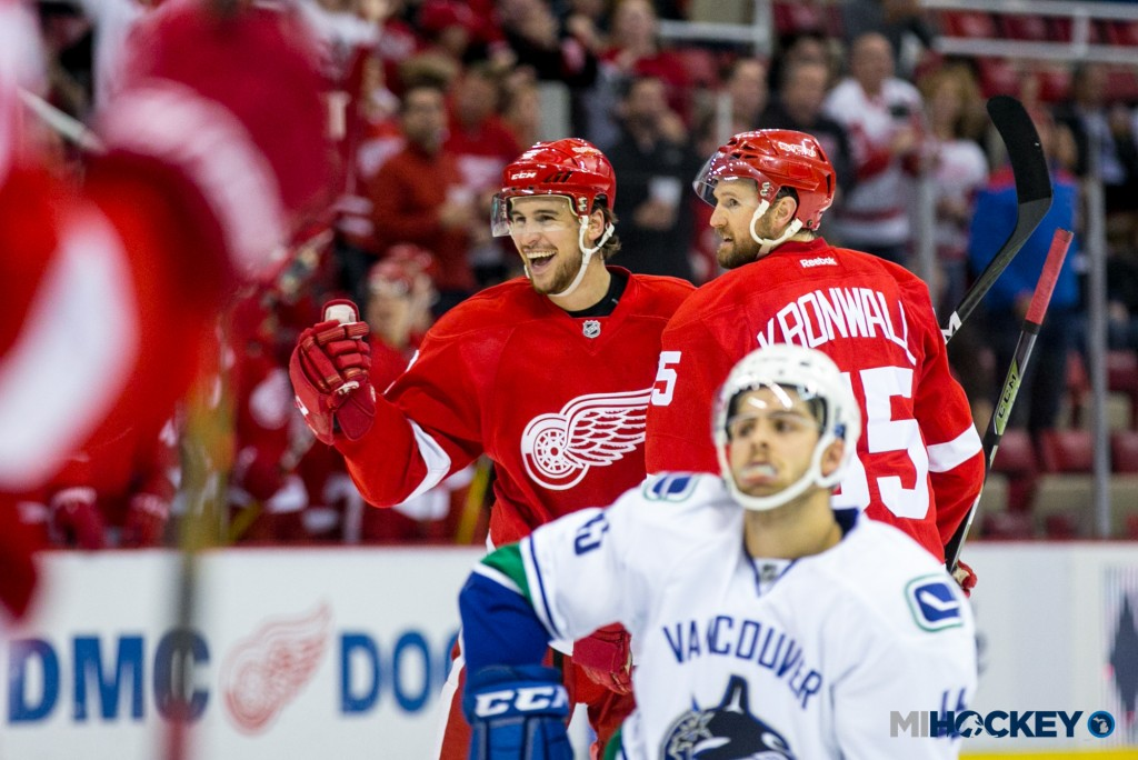 wings_canucks_celly